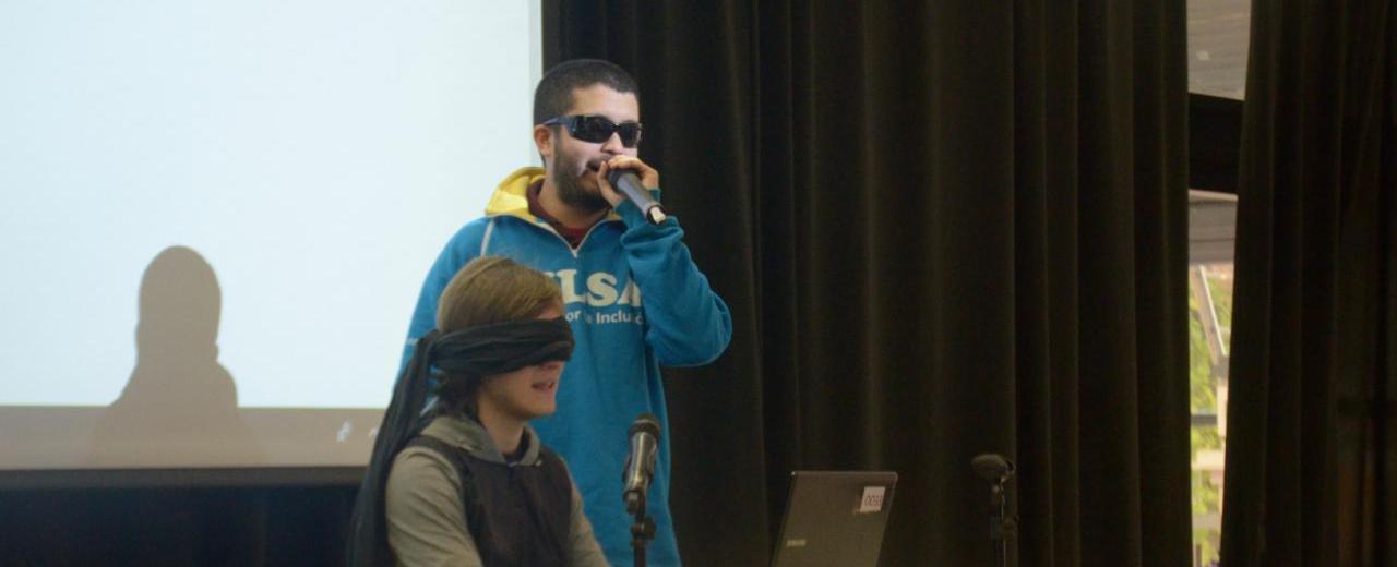 Es ciego y trabaja dando talleres sobre vulnerabilidad social y discapacidad