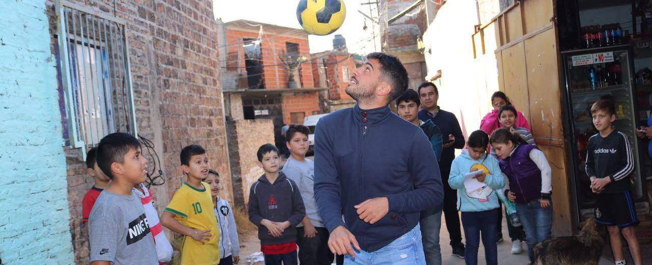 Es jugador de fútbol profesional y apadrina a un comedor en la villa 21-24