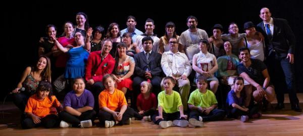 Jovenes artistas con síndrome de down realizan espectáculos para toda la familia