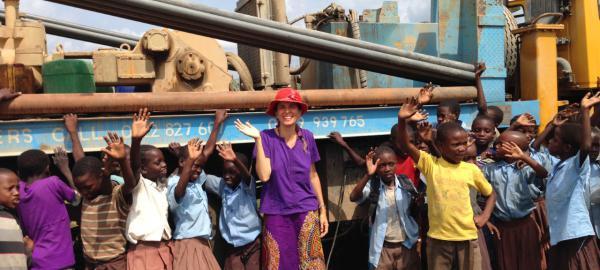 Construyó un pozo de agua que abastece a 1000 personas en una comunidad de Kenia