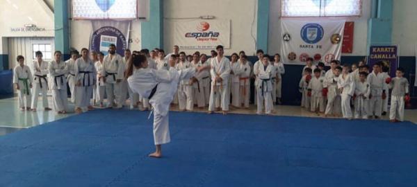 Tiene 21 años, es 15 veces campeona mundial y les enseña karate a chicos con discapacidad