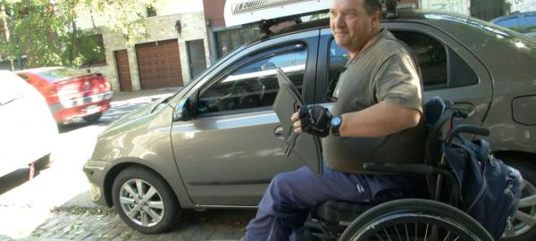 Perdió sus piernas en un accidente y hoy es chofer de Uber