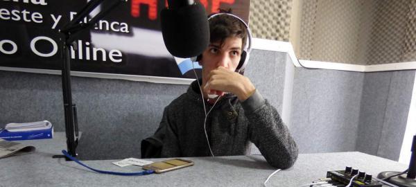 Ser mudo no le impide tener su propio programa de radio