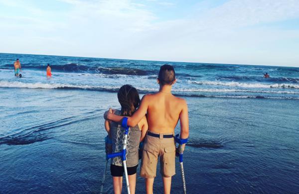 Son mellizos y luchan por los derechos de todos los niños con discapacidad