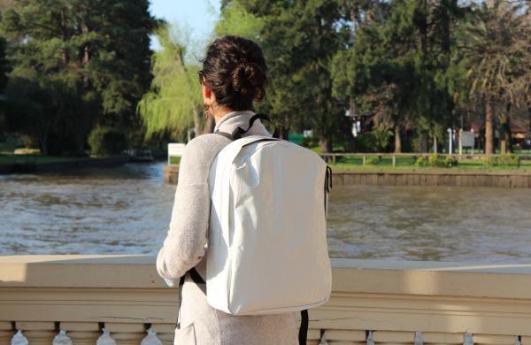 Una marca argentina elabora accesorios trendy a partir de silobolsas recicladas