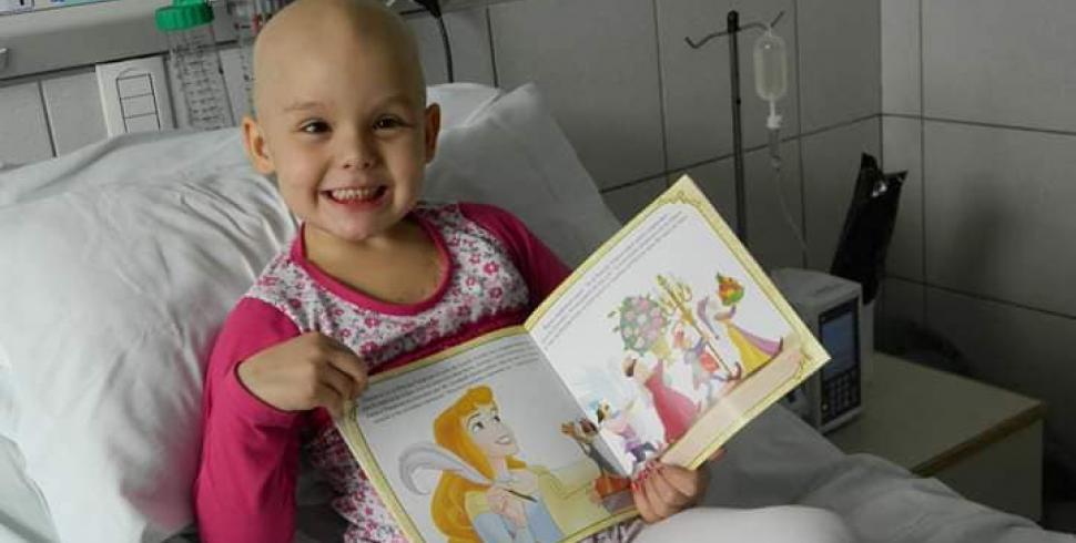 Tuvo leucemia a los 5 años y visita a niños para jugar y darles esperanza